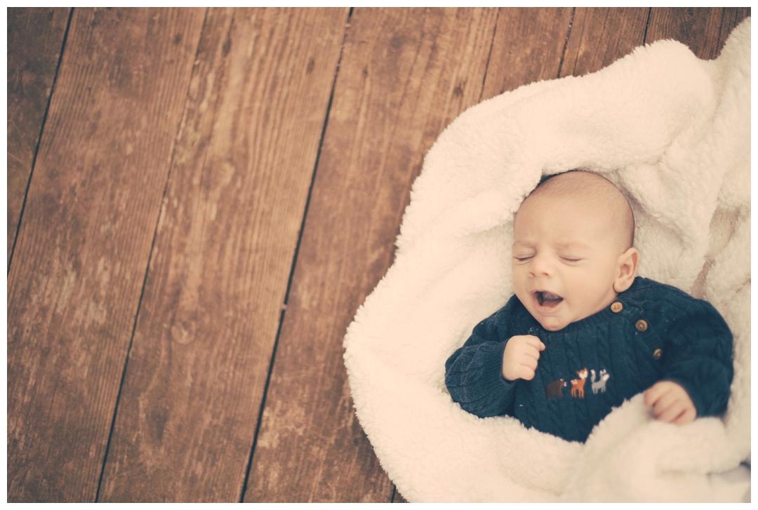 baby on teh beach, baby yawning, baby photography devon